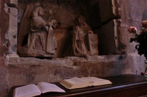 聖書とマリア像