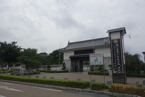 岡崎城入り口