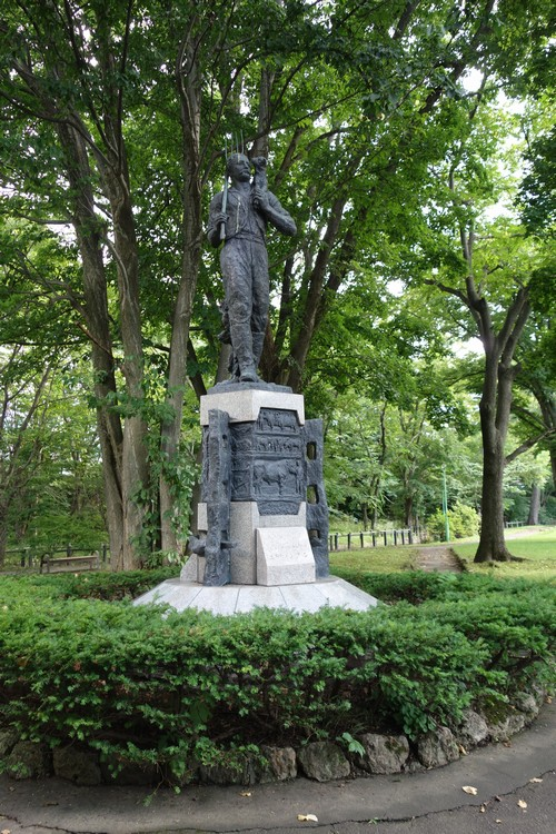 エドウィン・ダンの像