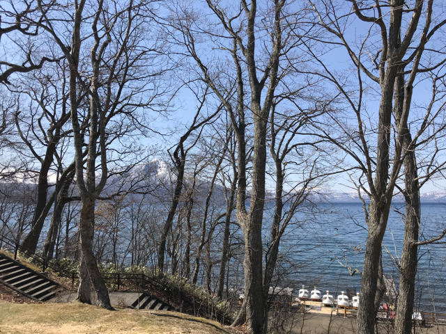 晴れた支笏湖の景色