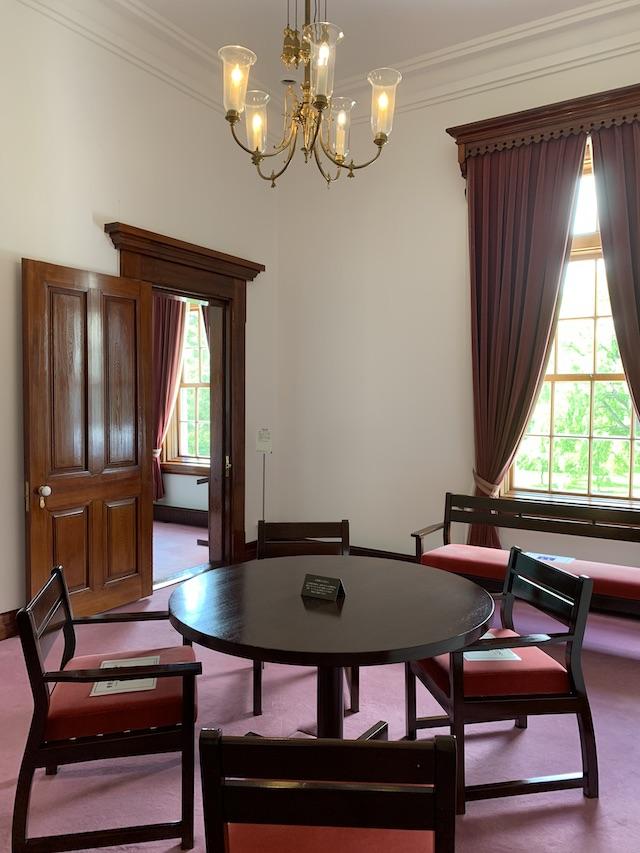 館内部の机と椅子