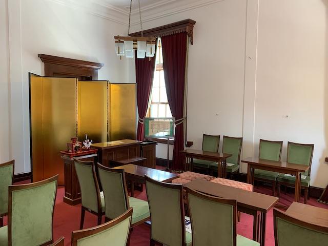 館内部の広い会議部屋